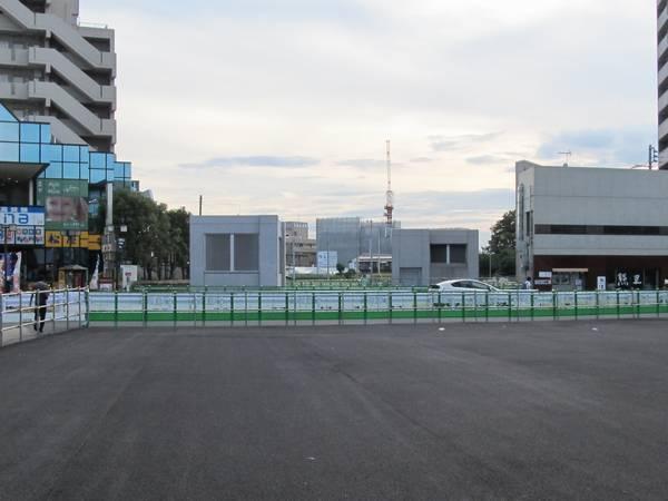 国領駅前の地上線路跡も今後駅前広場の拡張用地として利用される。