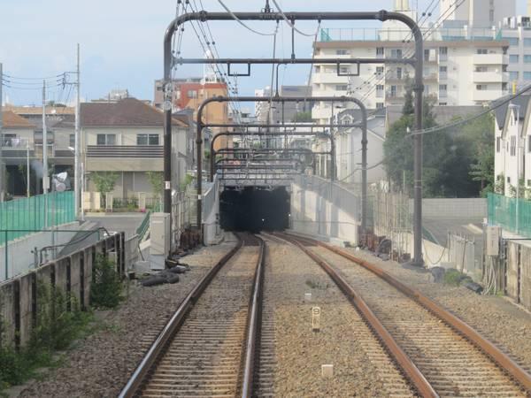 京王相模原線上り列車から見た調布駅の地下線入口。仮設桁などは全て撤去された。