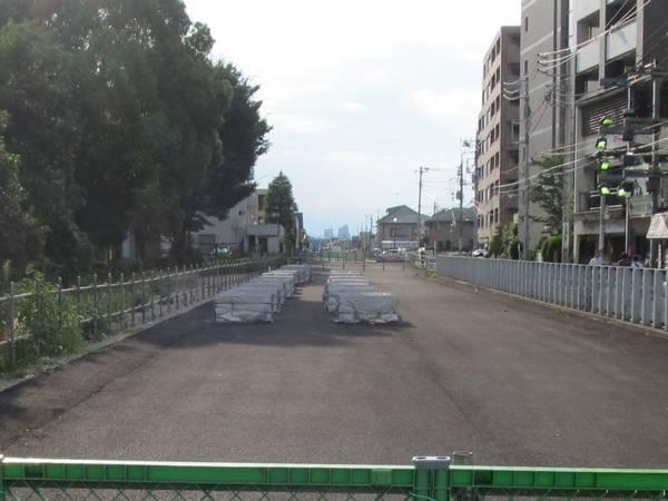 京王線廃線跡(2014年8月3日)。アスファルトで舗装された。鶴川街道の陸橋も撤去済。
