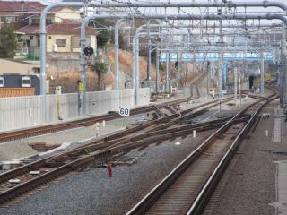 2番線の東京方は直進して国立支線につながる。