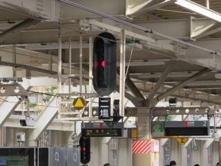 2番線は本線から待避線への降格にともない場内信号機の数が大幅に削減された。