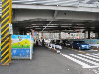 小金井街道の踏切跡は路面が平らに整形された。
