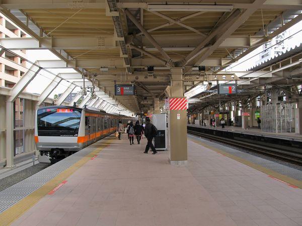 3番線に到着する上り列車。中央には使用停止となった2番線の場内信号機が見える。
