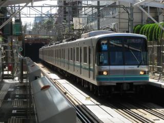 東急目黒線不動前駅付近の地下化切替地点。奥のトンネル坑口付近に工事桁が残っている。