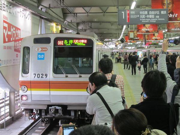 廃止まで残り1週間を切った東横線渋谷駅に入線した東京メトロ7000系。
