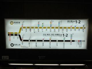 階段正面の案内板には「横浜 元町・中華街方面」の文字が追加された。