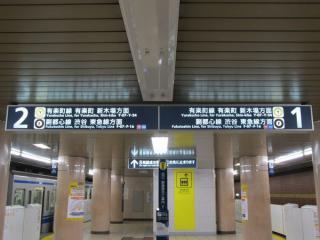 ホーム天井の案内板も「東急線」の文字が追加されている。