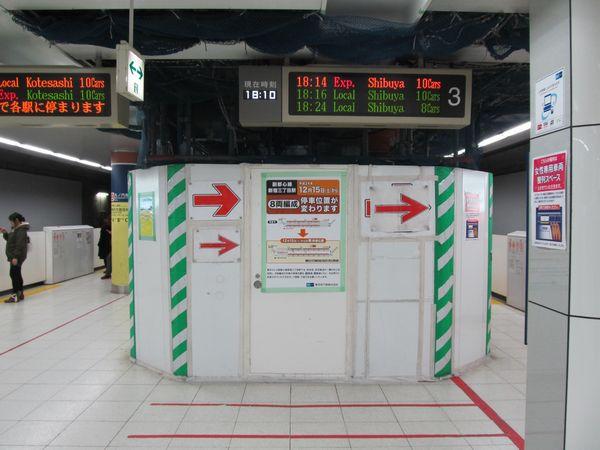 丸ノ内線乗り換え通路前で新設工事中のエスカレータ。(現在は完成)
