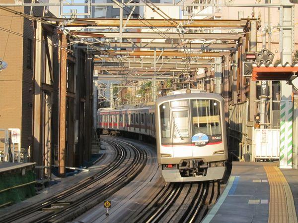 ついに現在線の工事桁を持ち上げるための鉄枠が出現した代官山駅渋谷方。