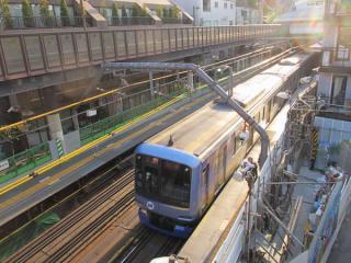 代官山駅ホーム上空にかかる歩道橋から駅構内を見下ろす。軌道はすべて仮設構造。