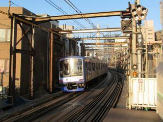 代官山駅ホームから渋谷方面を見る。現在線を吊り上げる門型鉄枠が設置された。