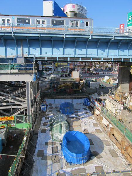 銀座線の高架下で始まった新駅舎の基礎工事