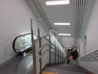 新14番出入口の内部。期間限定のため非常に質素なつくり。