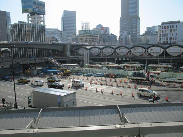 渋谷ヒカリエ2階から東口駅前広場を見る。奥に見えるかまぼこ型の屋根が現在の東横線渋谷駅。