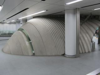 渋谷ヒカリエ1改札口(新正面改札口)のエスカレータ乗り口は繭のような独特な形をしている。