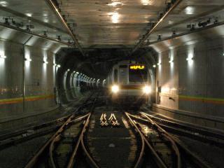 池袋方の仮設渡り板からは入線する列車を真正面から見ることができた。