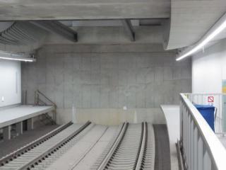 開業当初は横浜方のトンネルが未完成となっており、壁となって線路が途切れていた。