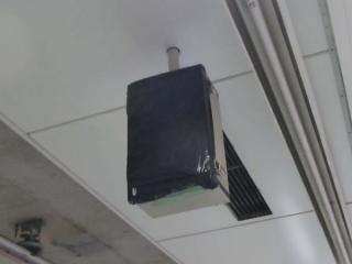 ホーム端の天井に設置されたホームドア動作表示器