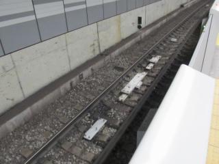 6(現4)番線のATO地上子。奥の小型の地上子は現在使用中のもの。その奥には東横線直通後に使用する停車目標が設置済み。