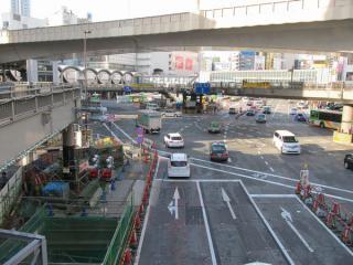 明治通りと国道246号の交差点。東横線は手前に向かう明治通りの下を通る。