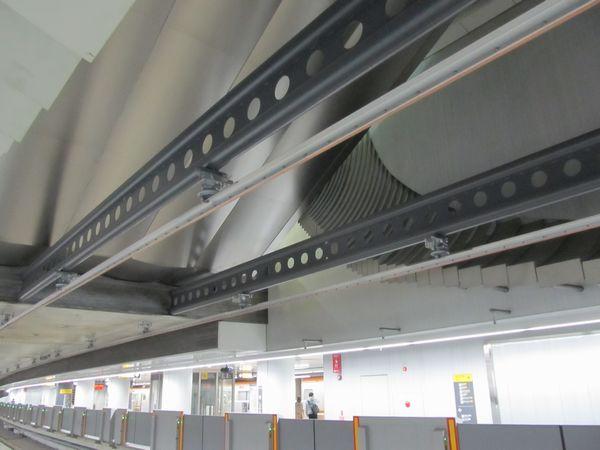 内側2線の天井に設置された剛体架線。吹き抜け部分は当初からI型の支持材が設置済みだった。