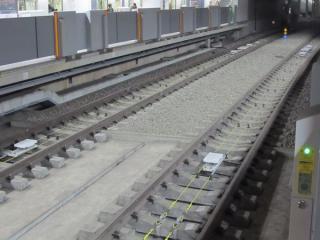 内側2線のレール間には東京メトロ誘導無線用ケーブルが新設された。
