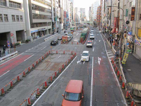 シールドトンネルの発進立坑があった渋谷駅南側の明治通り。地上は作業帯が残るものの、目立った工事は行われていない。