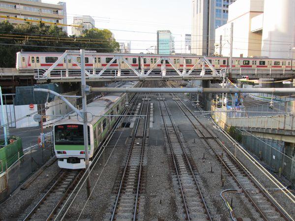 JR山手線の交差部分は工事桁からバラスト軌道への復旧が進行中。