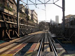 同じ踏切から代官山駅方面を見る。