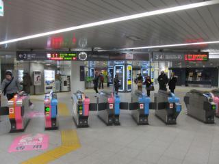 発車案内板が増設された宮益坂中央改札口。