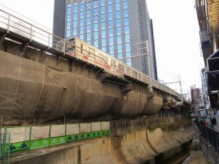 渋谷川に並行する東横線高架橋。トンネルはこの直下にある。