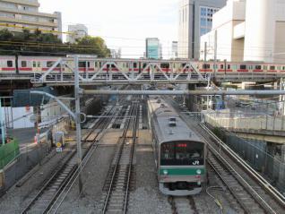 山手線の交差部分は軌道の復旧が続いており、徐行がかけられていた。