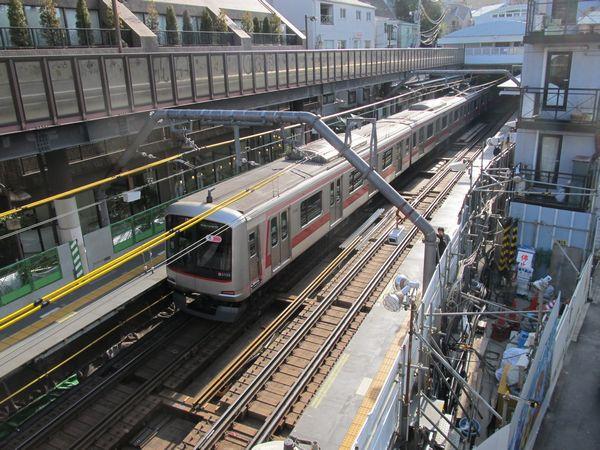 代官山駅上部を通る歩道橋からホームを見下ろす。