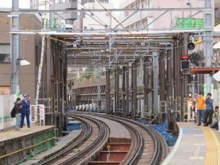 渋谷寄りに設置されている軌道桁吊り上げ用の門型鉄枠。