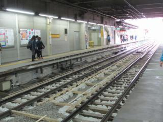 渋谷トンネル内は新しいホームの床面が設置済。軌道もバラストが土嚢に置き換えられた。
