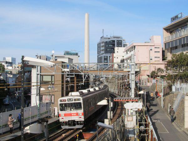 代官山駅付近を行く東急9000系。副都心線直通開始に合わせて東横線の9000系電車は全車両が引退する予定。