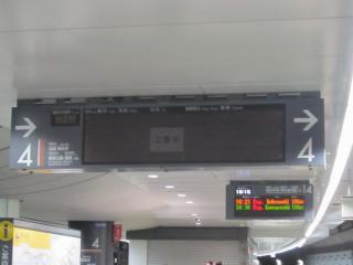 工事中の表示器と3色3段の旧表示器(奥)。