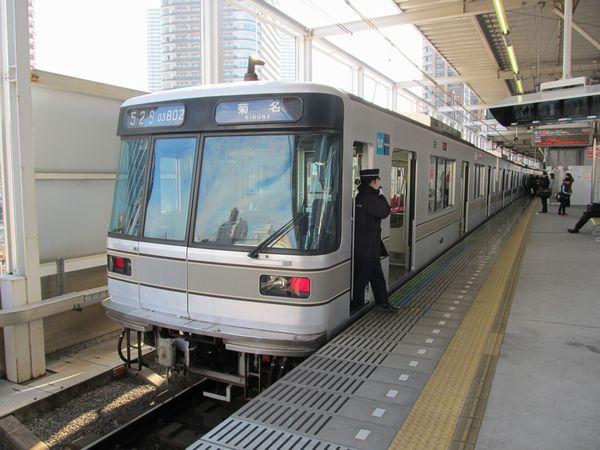 武蔵小杉駅に停車中の東京メトロ日比谷線03系。日比谷線と東横線の直通は副都心線直通開始と同時に廃止となった。