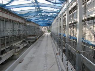 同じ跨線橋から立川方面を見る。上り線の高架橋の建設が進んでいる。
