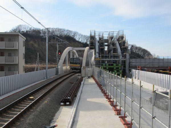 高架ホームの立川方。新設道路と交差するアーチ橋の架設中。