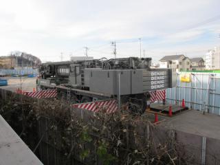 ホーム脇の作業用地に置かれていた大型クレーン車。高架橋の建設に使用したものと思われる。