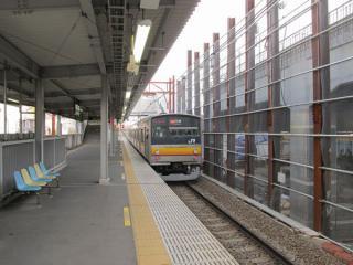 稲城長沼駅地上ホーム。高架橋本体の建設が進む。