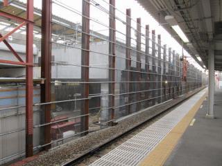 地上下り線ホーム跡地で建設が進む高架橋。