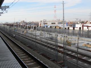 高架ホームから建設中の上り線用高架橋を見る。