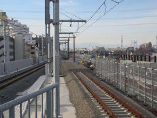 立川方の高架橋。上り線側の拡幅が進む。