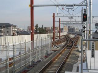 川崎方の高架橋は下り線高架化時に完成形となっており変化はない。