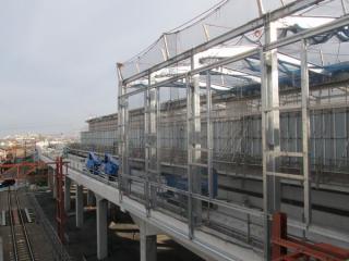 高架下り線ホームと上り線ホームをつなぐ跨線橋から川崎方面を見る。