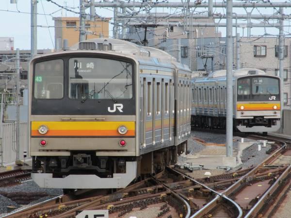 高架化された稲城長沼駅に出入りする205系。E233系導入によりまもなく見納めとなる。