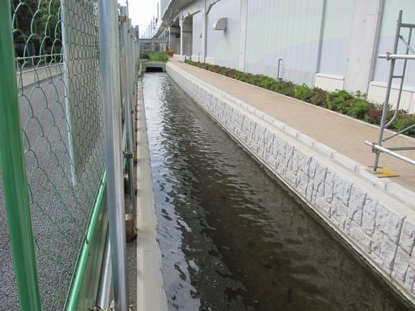 高架橋脇に付け替えられた新堀水路。