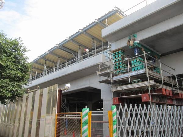 上りホーム立川方の端では訪問時最後となる1番線の桁の架設作業が行われていた。